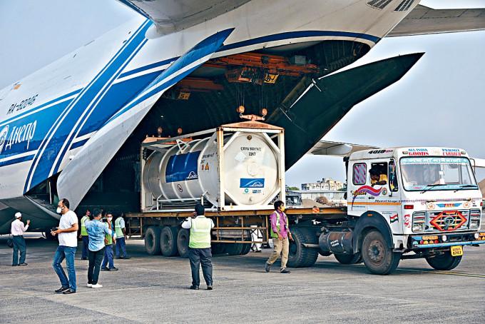 醫用氧氣周日運抵印度加爾各答。