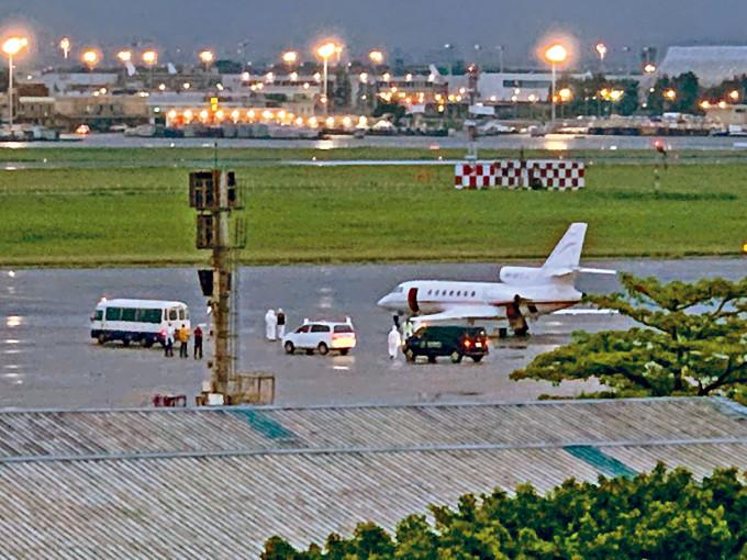 醫療專機將兩名台灣官員從印度送回台灣。