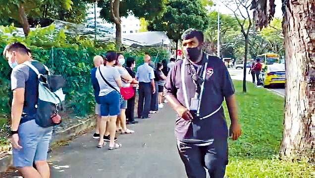 到過陳篤生醫院的人,大排長龍等待新冠檢測。