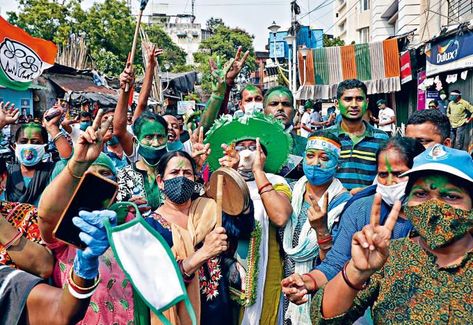 印度西孟加拉邦加爾各答民眾周日上街,慶祝女首席部長班納吉篤定連任。