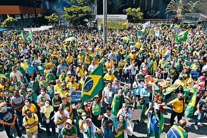 民眾上周六在巴西聖保羅市上街聲援總統博索納羅。