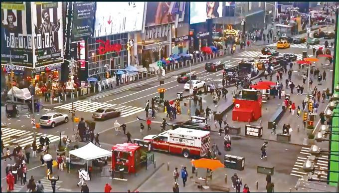 紐約時代廣場出現槍響時,路人慌忙四散。