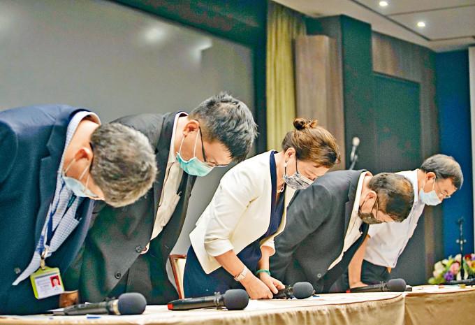台經濟部長王美花(中)就停電道歉。