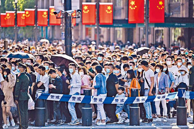 五一黃金周首日,上海外灘人山人海。