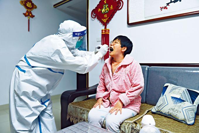 安徽檢疫人員到民眾家中做核酸檢測。