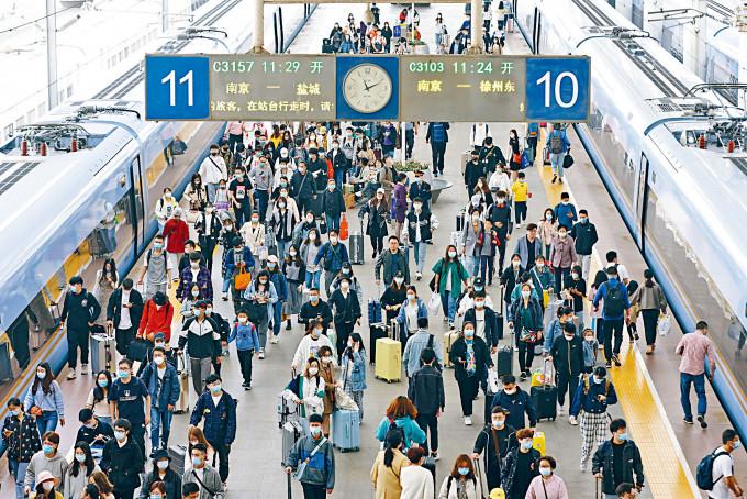 「五一」黃金周結束,各火車站回城的旅客大增。