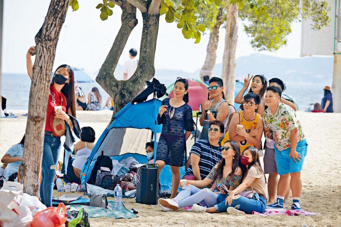 有市民在假期似未有理會防疫措施,多人沒戴口罩合照。
