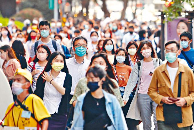 台灣出現社區感染,實施限聚措施。