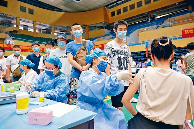 內地展開大規模接種疫苗工作,當中包括國藥等生產的疫苗。