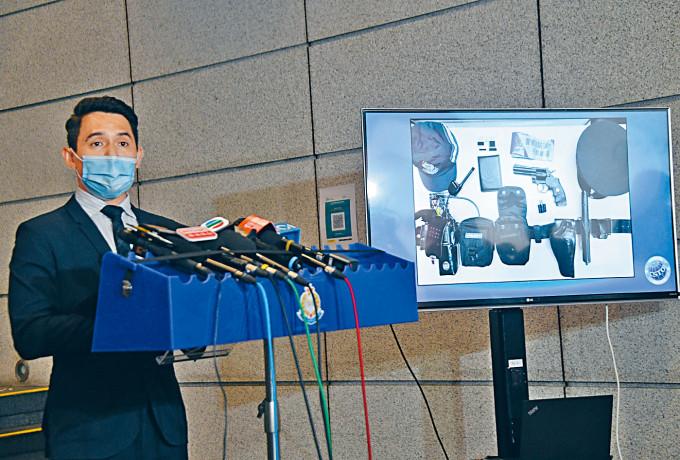 高級督察劉震宇展示搜獲的疑似警隊裝備。