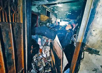 「教授」返回寓所,爬上雜物堆上呼呼大睡。