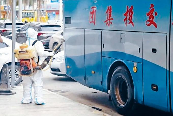 衞生防疫人員對曾接載偷渡客的長途巴士進行徹底消毒。