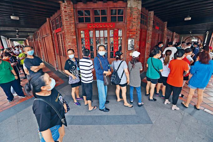 台北市剝皮寮快速檢測站昨日一早,就有民眾排隊等候。