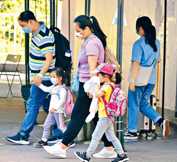 荃威花園R座二百戶分批撤離送往檢疫中心。