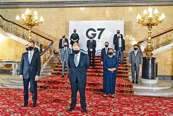 英國首相約翰遜(中)和G7外長合影。