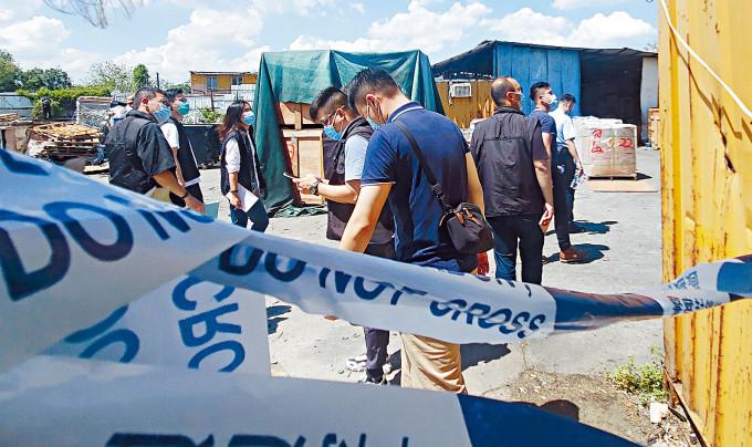 邊境重案組在發生綁劫案貨倉調查。