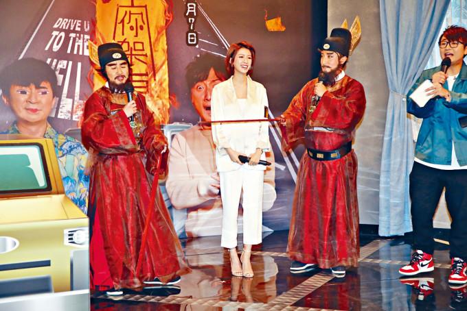 小方(右)、當奴(左)以鍾馗扮相現身,與蔡思貝齊分享靈異經歷。