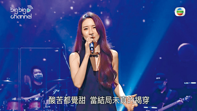 Hana現場演唱自己創作的劇集歌《秘密花園》。