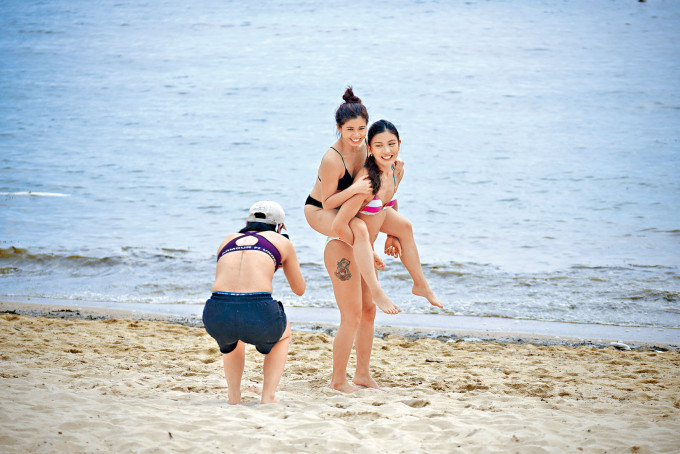 天氣炎熱下,不少市民湧到沙灘玩水享受假期。