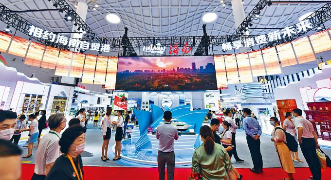 首屆消博會在海南國際會展中心揭幕。