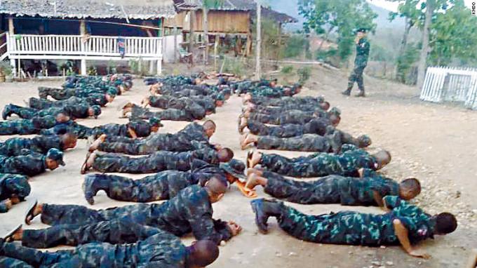 緬甸公民抗命運動成員,在邊境地區接受軍訓。