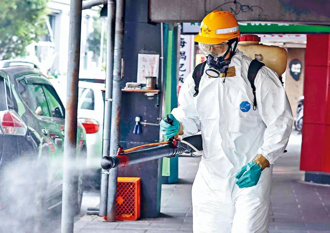台北和平醫院有病人確診,全院加強消毒。