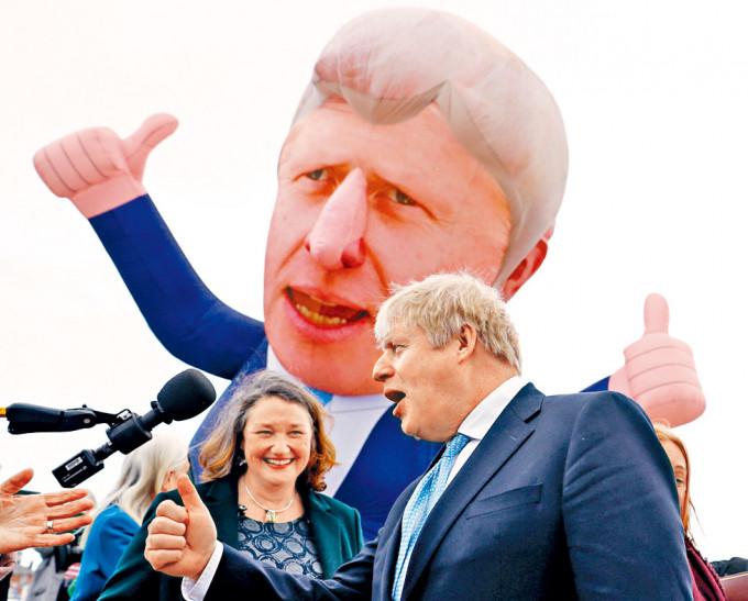 約翰遜上周五前往哈特爾浦市謝票。