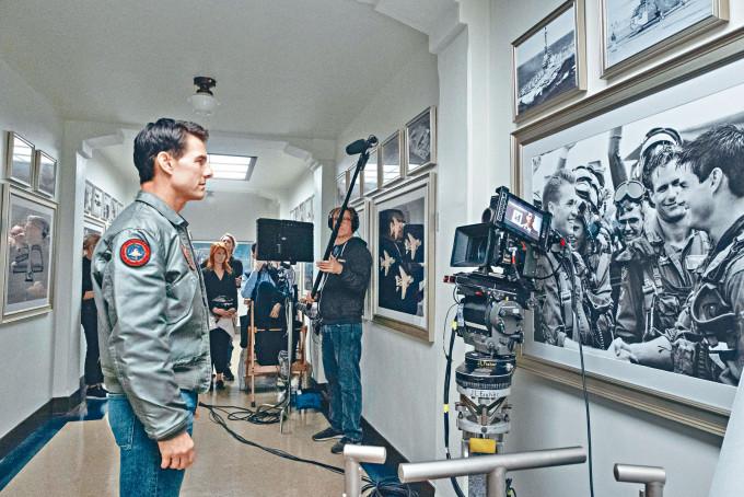 靚佬湯前日公開《壯志凌雲︰獨行俠》新花絮照,慶祝13日的「Top Gun Day」。