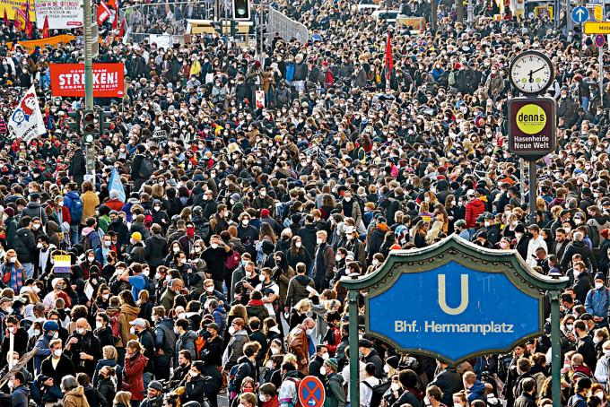 示威者上周六在柏林參與五一遊行。
