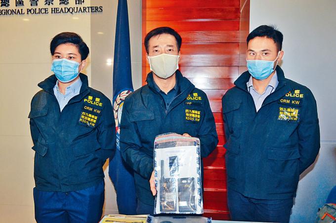西九龍總區刑事總部警司鍾雅倫展示搜獲的星電話。
