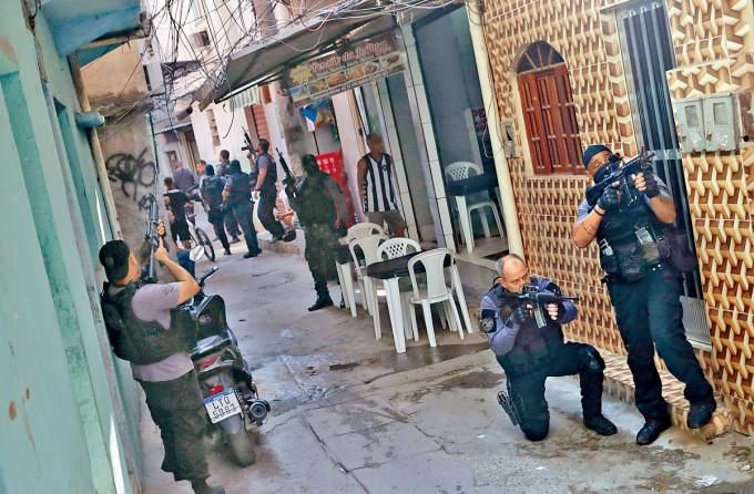 里約熱內盧警察持槍突擊掃毒。