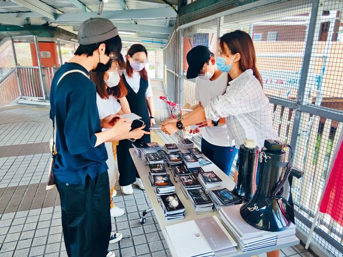 理大學生會三月到校外設街站,派發反修例明信片。