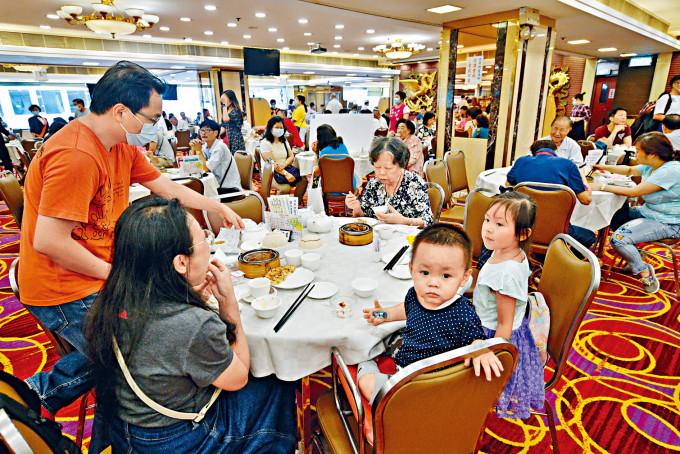 母親節不少家庭出外用膳,三代同枱飲茶場面溫馨。