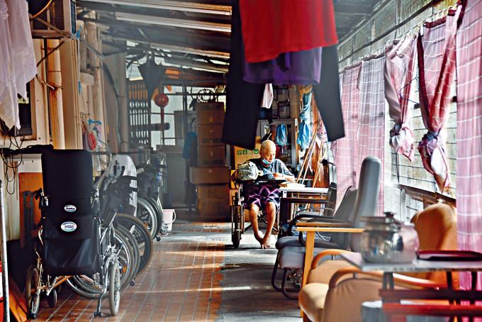 本港護老院舍宿位短缺,因而衍生不少長者悲歌。