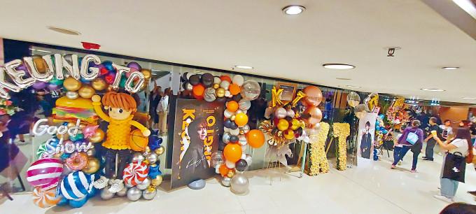 由於姜濤的應援物最多,所以當應援物一字排開後,便出現了「姜濤巷」。
