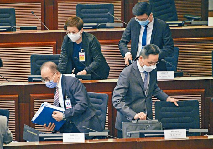 曾國衞(前左一)表示,期望可在二十六日恢復二讀辯論。