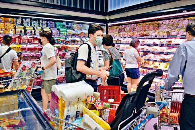 新加坡疫情升溫,超市出現民眾搶購潮。