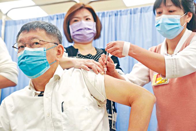 台北市長柯文哲早前帶頭打疫苗,但政府高官大部分都沒有接種。