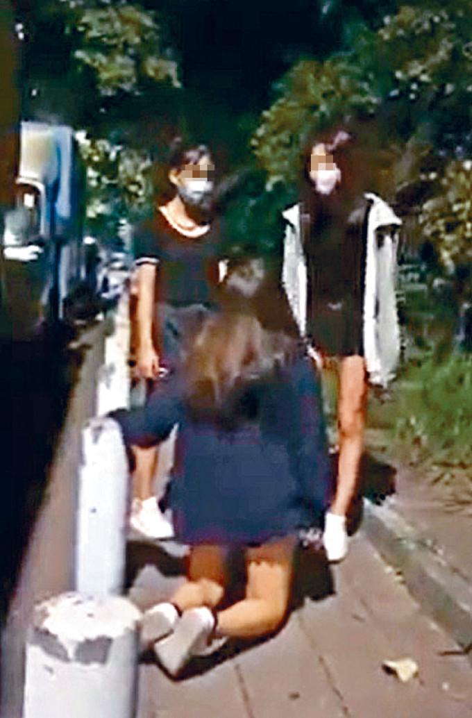 女生慘遭同學連環掌摑腳踢,更被踢倒在地,跪地求饒仍遭襲擊。