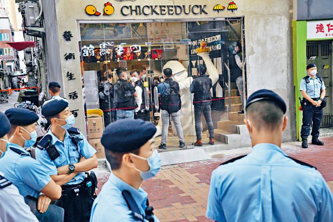 半百警員包圍涉違反國安法店鋪搜查一小時,並發出警告後收隊。