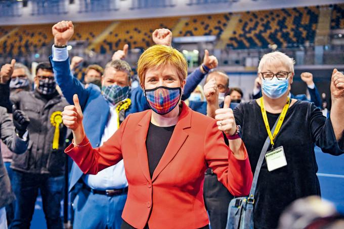 蘇格蘭首席部長施雅晴(中)前日在格拉斯哥選區勝選後,舉起大姆指慶祝。