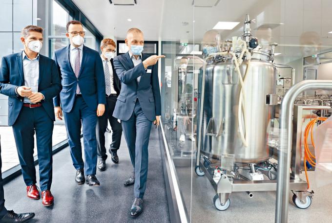 德國官員上月參觀BioNTech設於漢堡的疫苗製造設施。