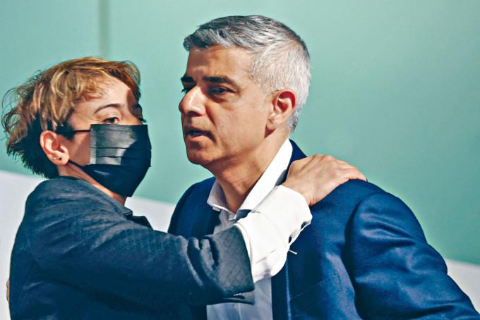 倫敦市長簡世德當選連任後與妻子擁抱。