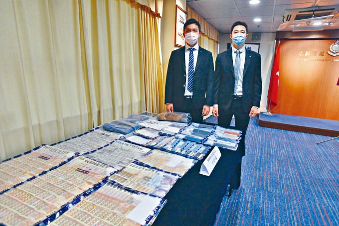 高級督察陳浩軒(左)講述偵破低息貸款騙案經過。