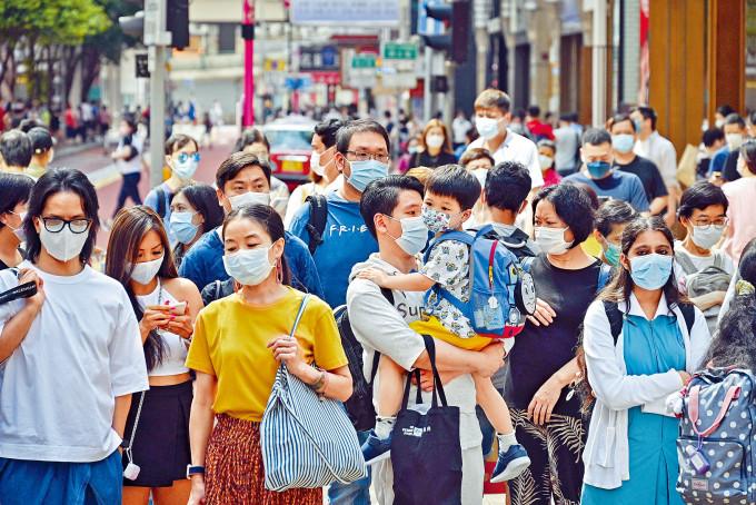 隨疫情漸緩和,近月經濟市道有起色,市面人群也較多,但仍不忘做好防疫措施。