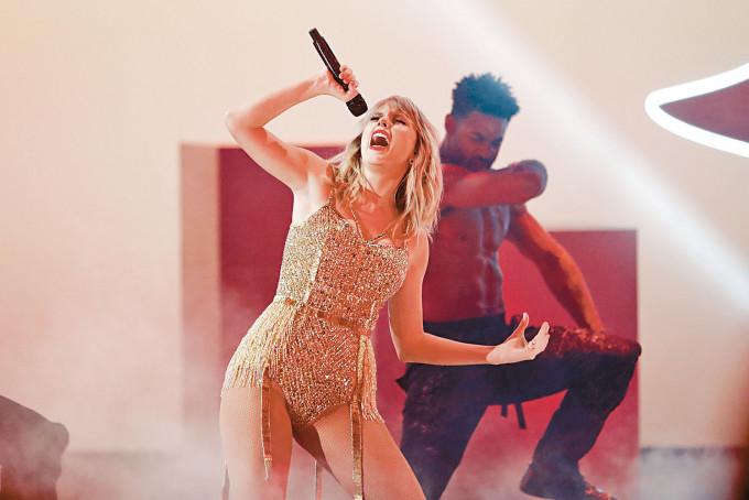 Taylor今日獲全英音樂獎頒全球偶像大獎,成史上首位女歌手。