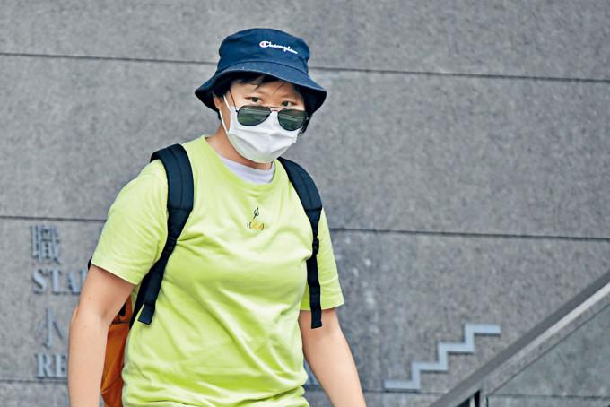 藝人蔡卓妍被一名女粉絲刑恐,該女粉絲被判監緩刑。