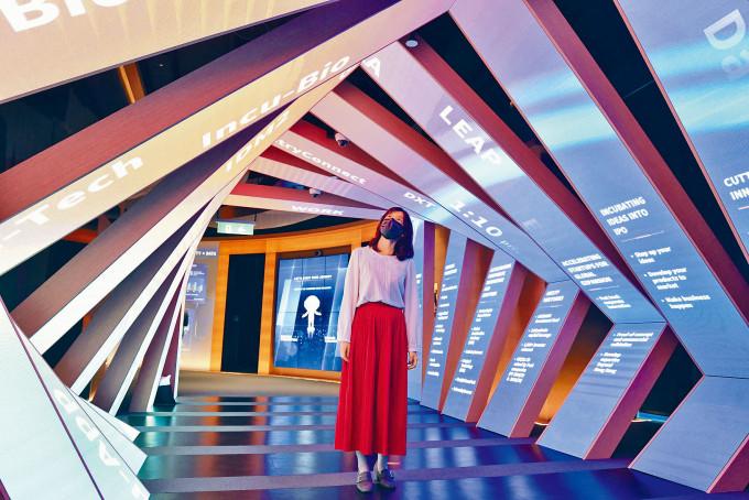 創科體驗館內的「創科大道」,展示逾千家夥伴企業及兩家獨角獸企業傑出成就。