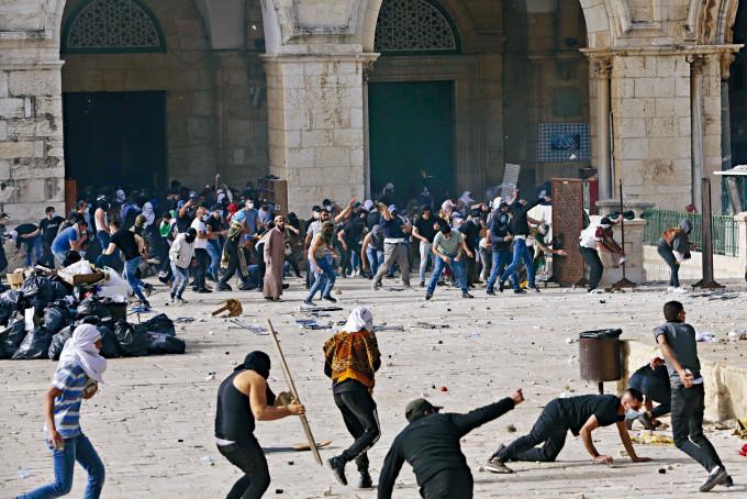 在耶路撒冷舊城區,巴人與以色列警察周一在阿克薩清真寺爆發衝突。