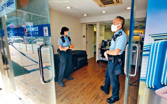 上水邦民日本財務公司遭人持水槍索款二億元,警方到場調查。